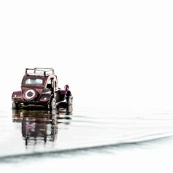 2 CV colorée dans l'eau, fond blanc, krystyne ramon photos de paysages mer