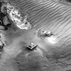 2 cabanes tchanquées, ile aux oiseaux, vu d'avion, noir et blanc, bassin d'arcachon, krystyne ramon