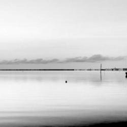 2 voiliers opposés sur l'eau, N&B, claouey, bassin arcachon, krystyne ramon