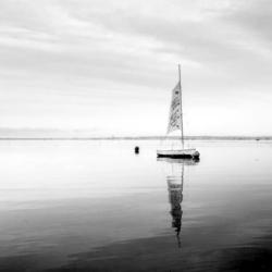 voilier en noir te blanc sur l'eau, bassin arcachon, krystyne ramon