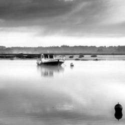 bateau chaland, sur l'eau dans la brume, N&B, bassin arcachon, krystyne ramon