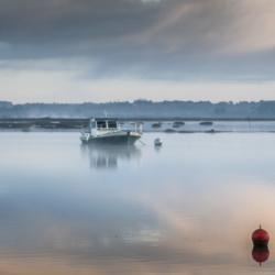 bateau chaland, sur l'eau dans la brume, bassin arcachon, krystyne ramon